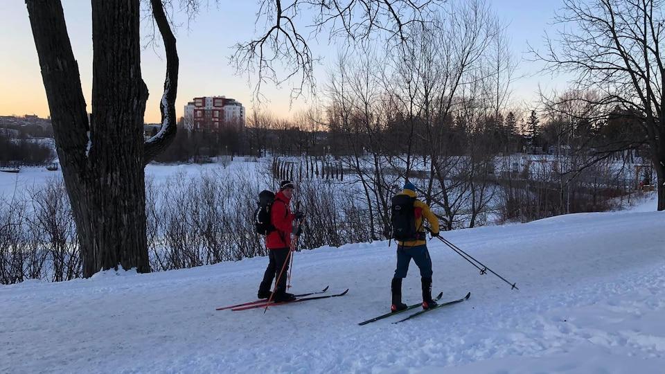 Les deux skieurs prennent le départ.