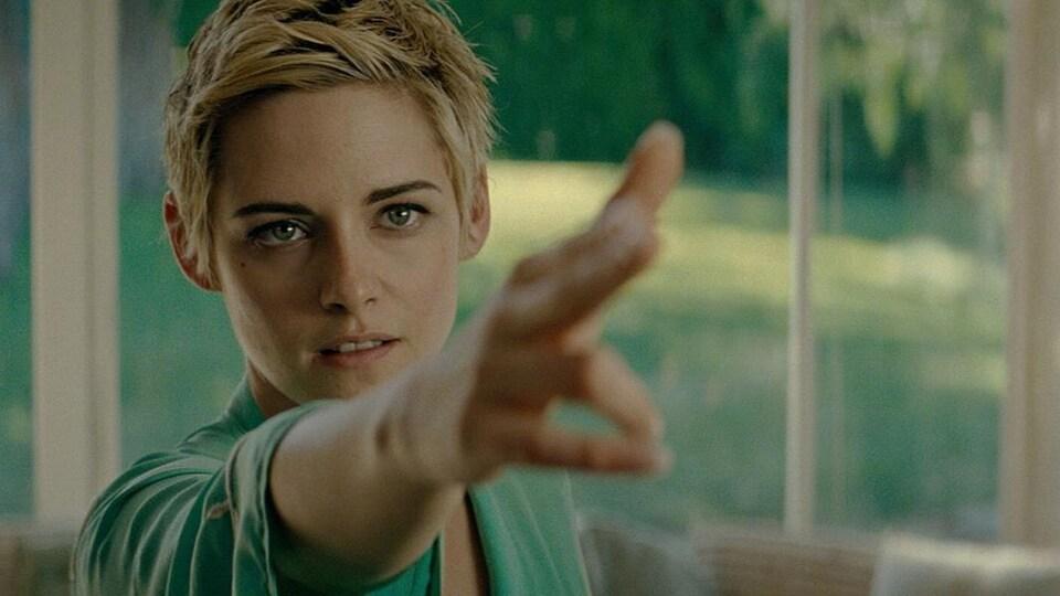 Une femme pointe du doigt vers la droite.