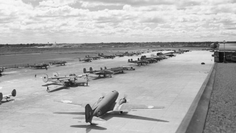 Des nombreux avions sur le tarmac sont prêts à décoller pour le mission pour la Grande-Bretagne.