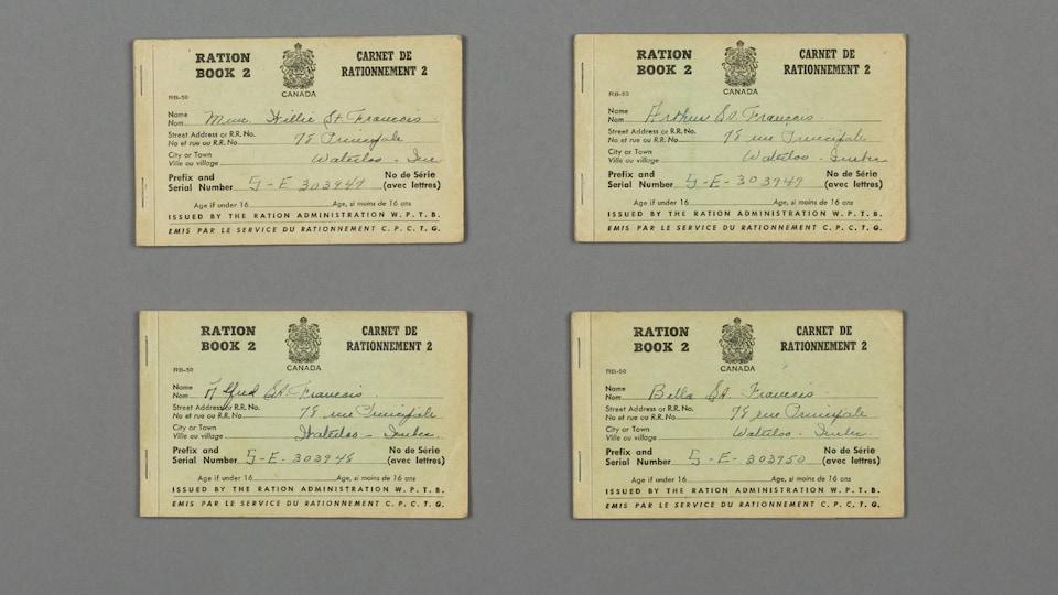 Des carnets de rationnement d'après-guerre sont posés sur une table.