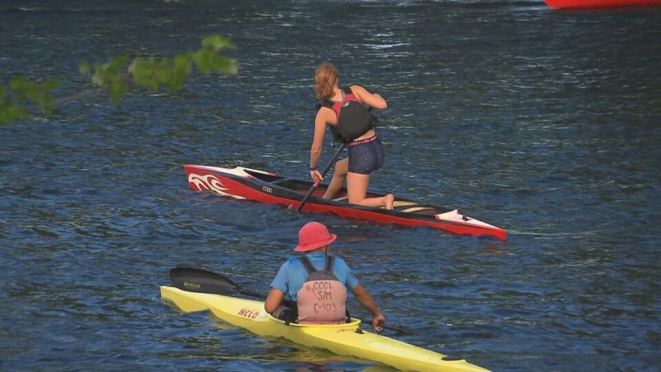 Deux plaisanciers à bord de canots.