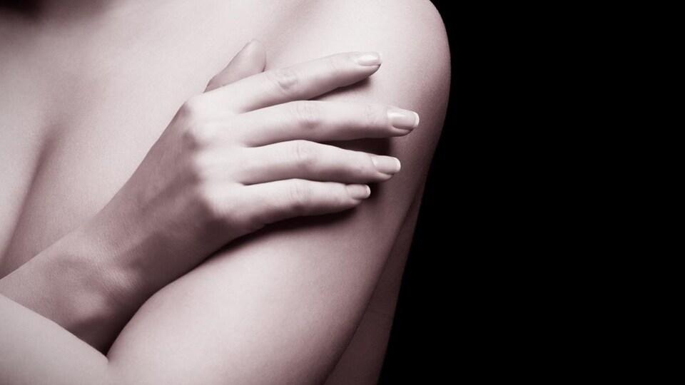 Une femme les bras sur la poitrine