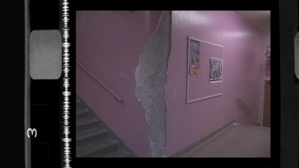 Un pan de mur arraché dans le corridor d'une école