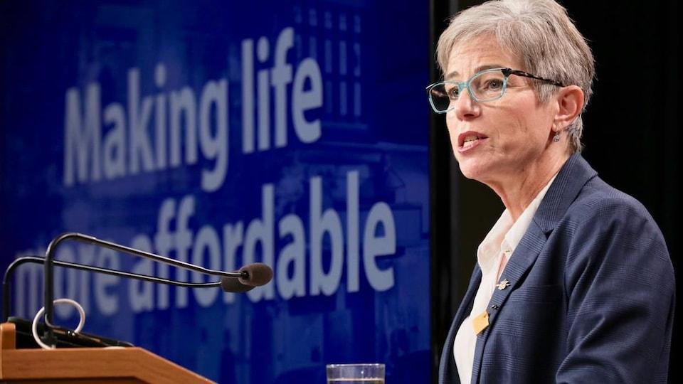 La ministre des Affaires municipales et du Logement, Selina Robinson, lors d'une conférence de presse.