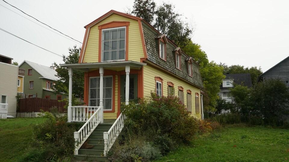 Un étroit bâtiment jaune datant du XIXe siècle.