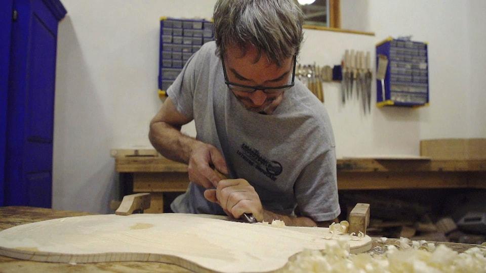 Benoît Lavoie fabrique une guitare.