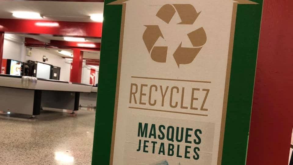 Une boîte de recyclage Zéro Déchet à l'intérieur d'une école.