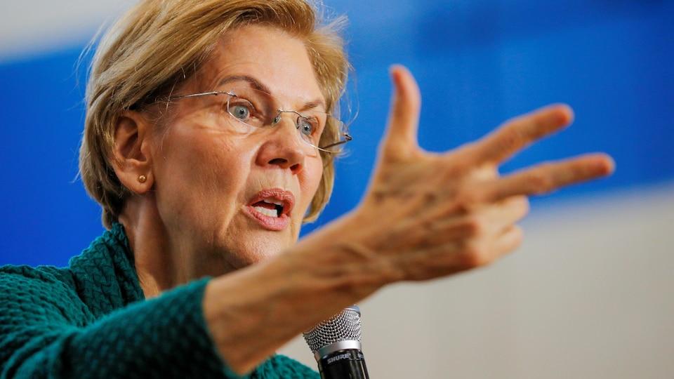 Elizabeth Warren un micro à la main