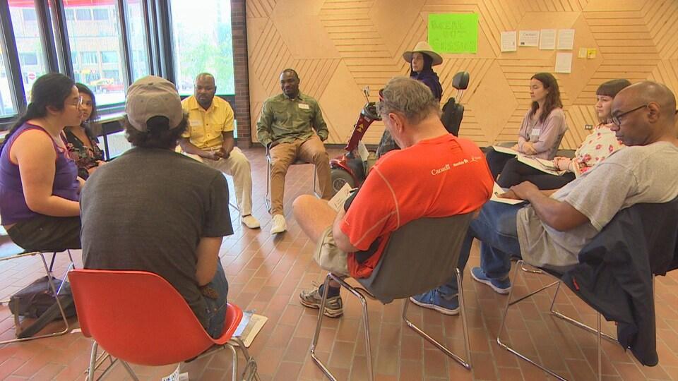 Des participants sont réunis, assis en rond, à l'Université de Winnipeg.