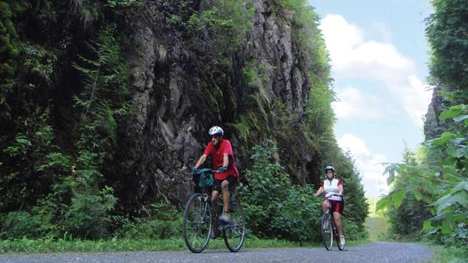 Des cyclistes circulent sur le sentier Petit-Témis Sud.