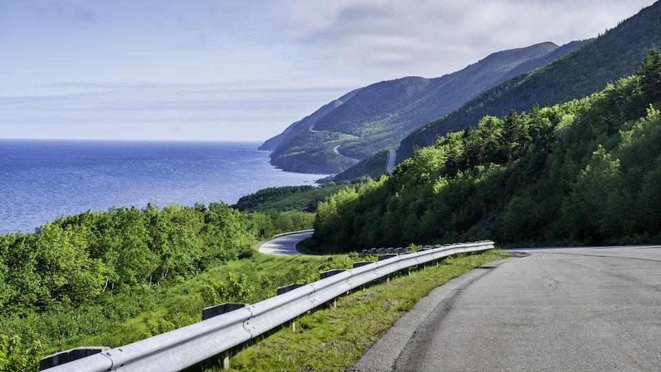 Une route près de l'océan Atlantique et des montagnes au loin.
