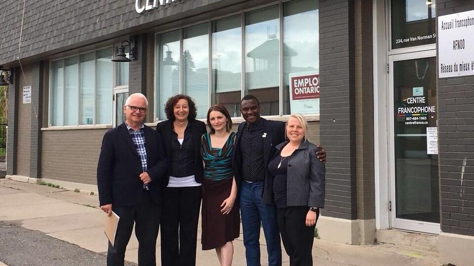 Cinq personne posant devant le Centre francophone de Thunder Bay