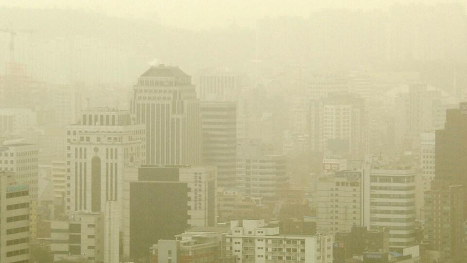 Vue sur des gratte-ciels de Séoul à travers un smog issu de polluants provenant surtout de Chine, transportés par le vent.