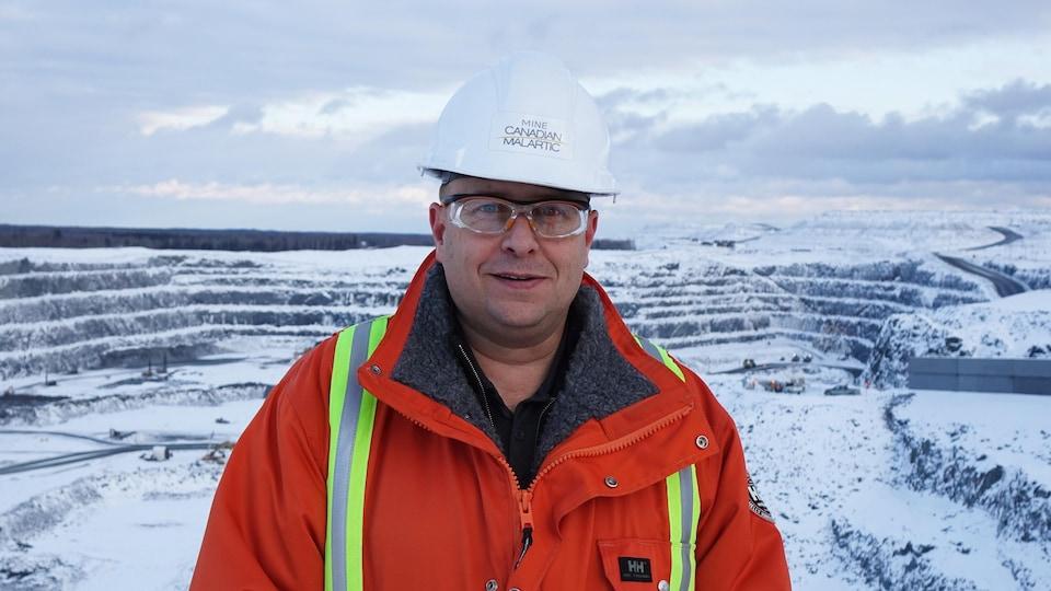 Serge Blais devant la mine Canadian Malartic l'hiver