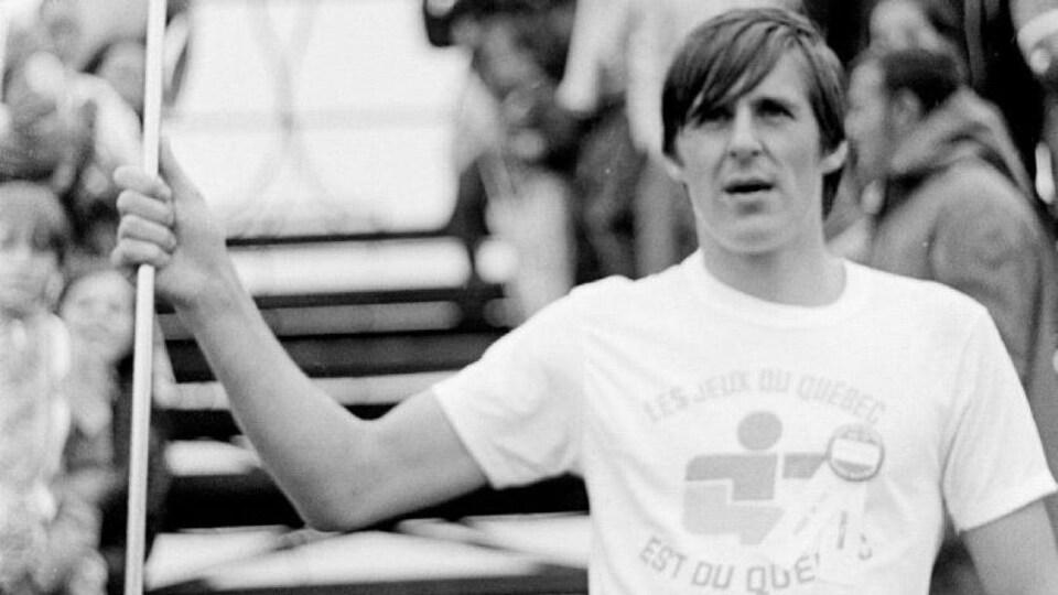 Serge Chouinard avec la flamme des Jeux du Québec en 1971.