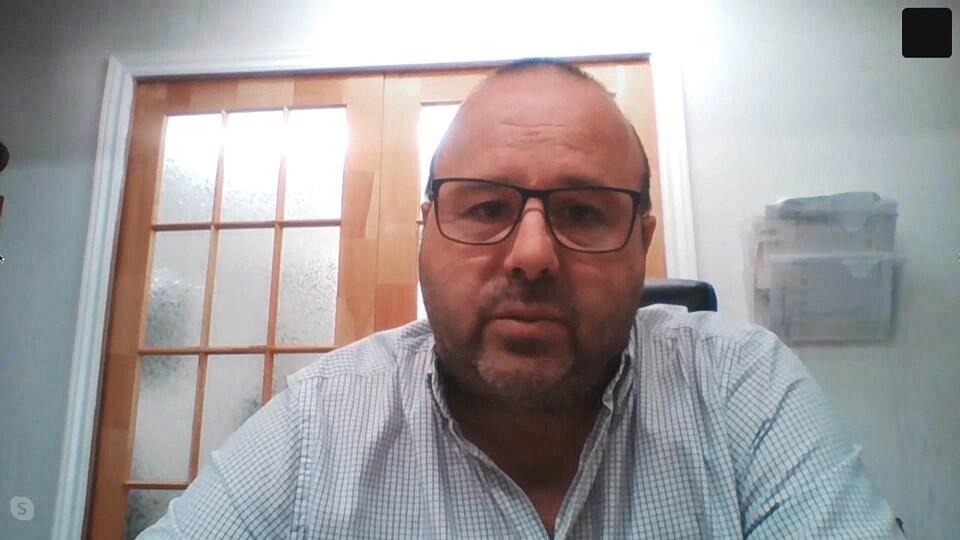 Un homme filmé par la webcam de son ordinateur.