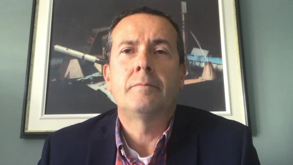 Serge Rousselle devant une webcam.