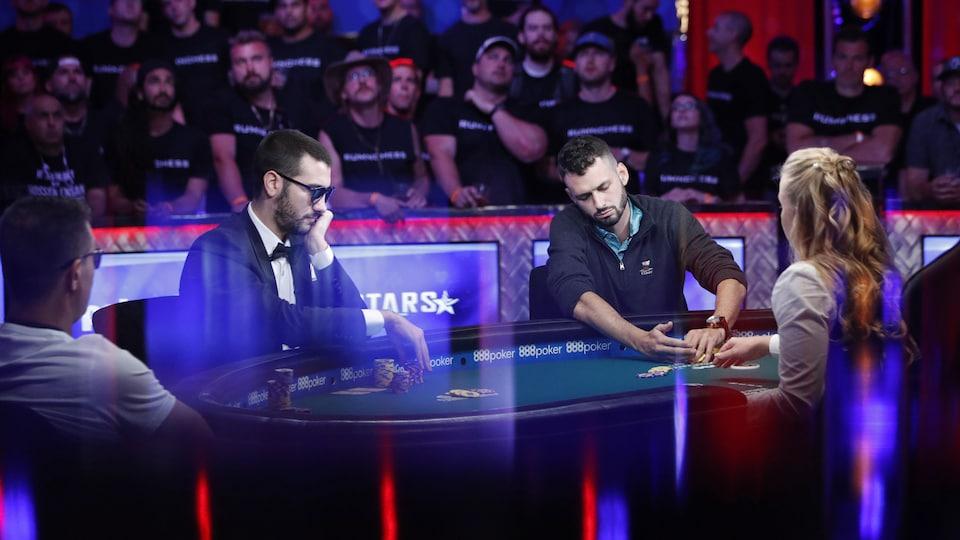Les trois joueurs à la table finale du tournoi de poker.