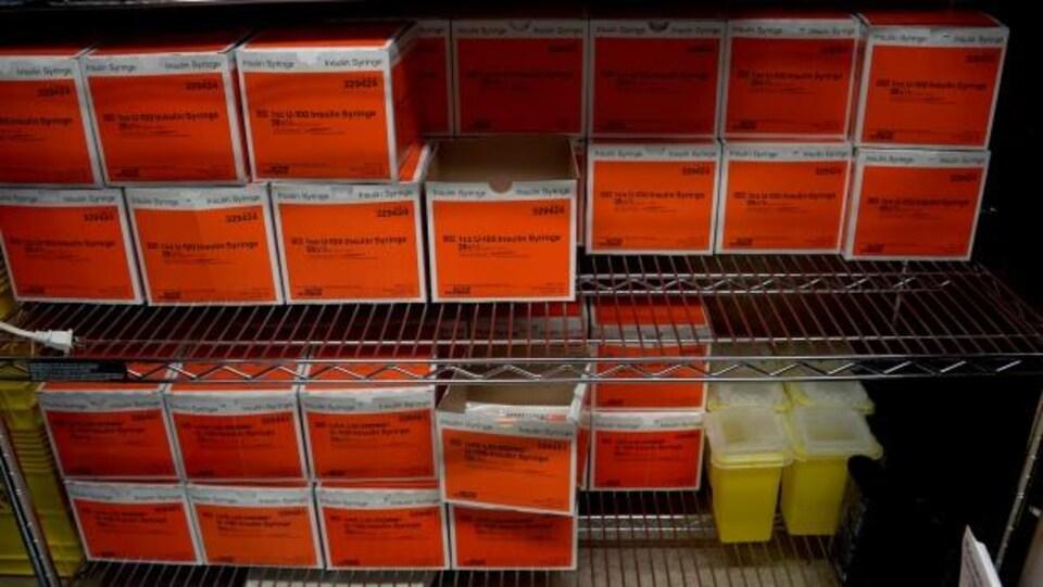 Des boîtes de seringues entreposées à la clinique d'injection supervisée Overdose Prevention Society à Vancouver