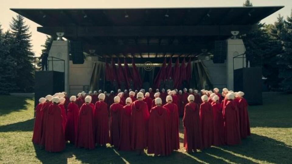Photo de femmes dans un costume de nonne rouge écarlate