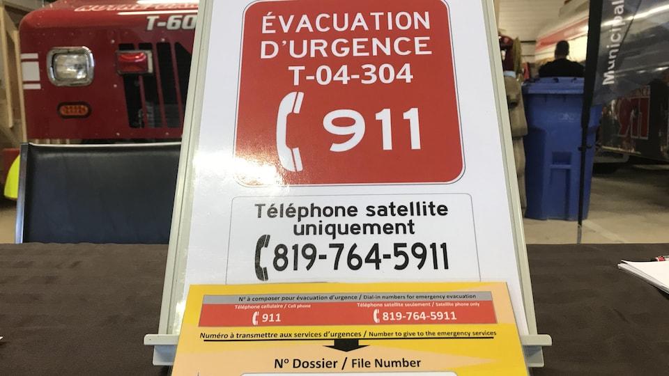 Un panneau avec les numéros à composer en situation d'urgence.