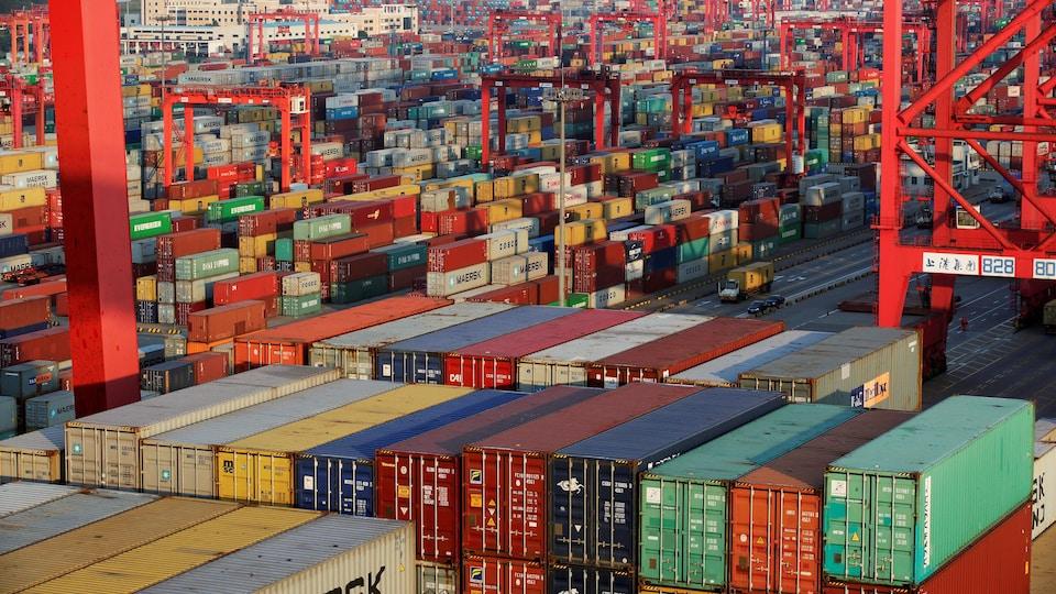 Des conteneurs au port en eau profonde de Yangshan, qui fait partie de la zone franche de Shanghai, à Shanghai.