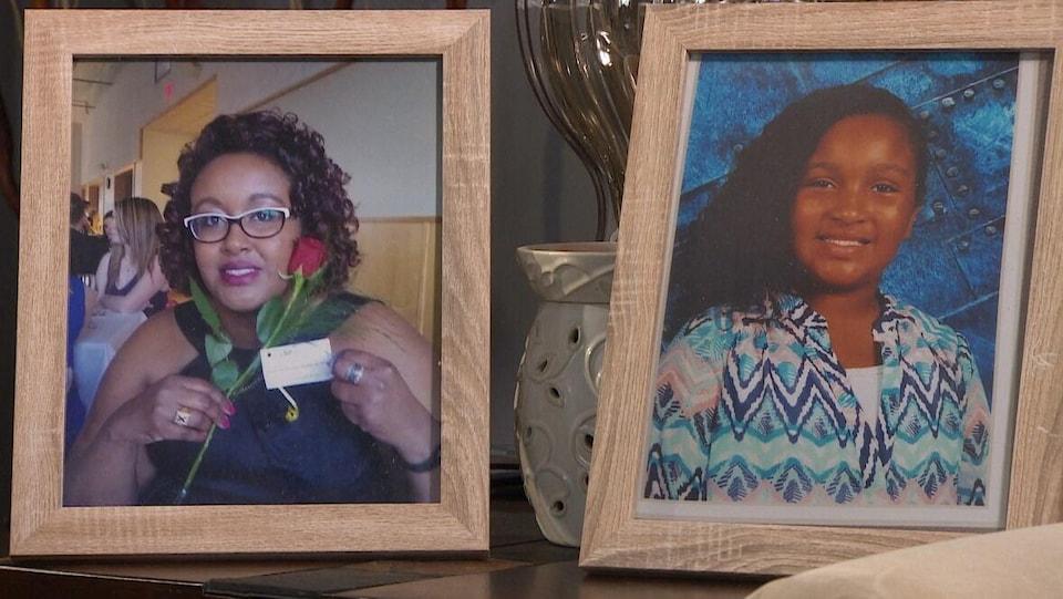 Des photos de Shanna et Aaliyah Desmond dans des cadres posés sur un meuble.