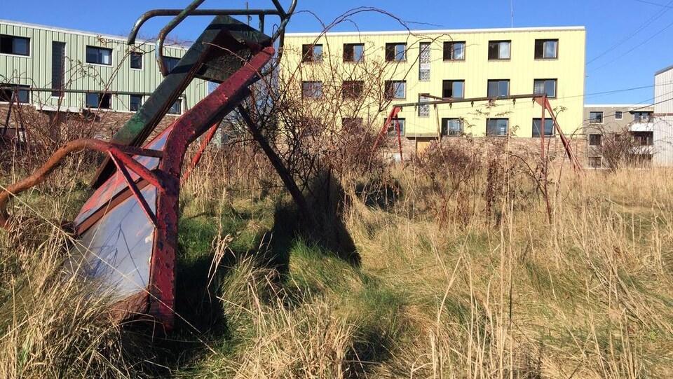 Habitations et terrain de jeux abandonnés à Shannon Park avant la démolition du quartier.