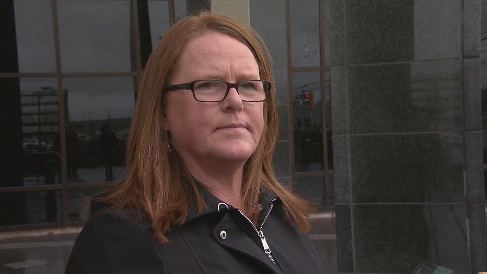 Sharon Teare, présidente du Conseil des syndicats des foyers de soins du Nouveau-Brunswick, au palais de justice de Moncton.