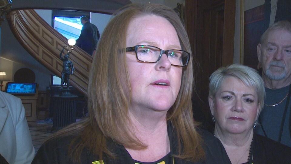 Sharon Teare lors d'une mêlée de presse dans les couloirs de l'Assemblée législative le 29 mars 2019.
