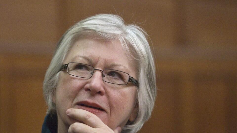 Sheila Fraser, main sur le menton.