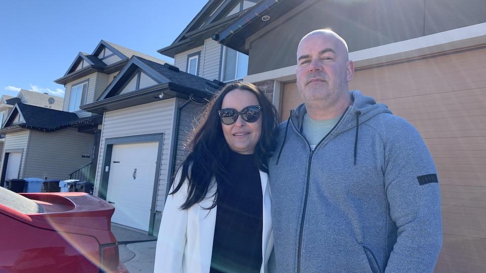 Sheila MacLean et son mari, devant leur maison.