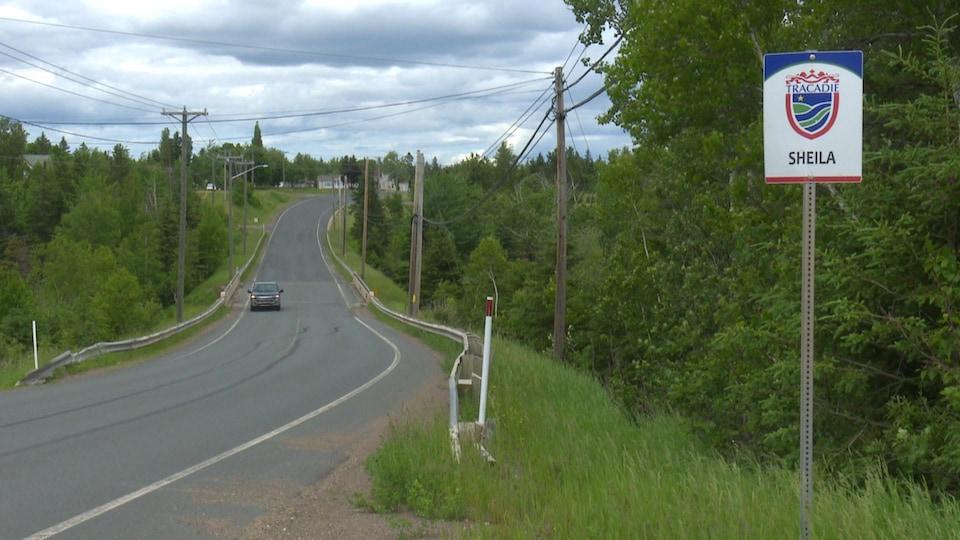 Une route de Sheila, à côté d'une affiche qui marque le début des limites de ce quartier.