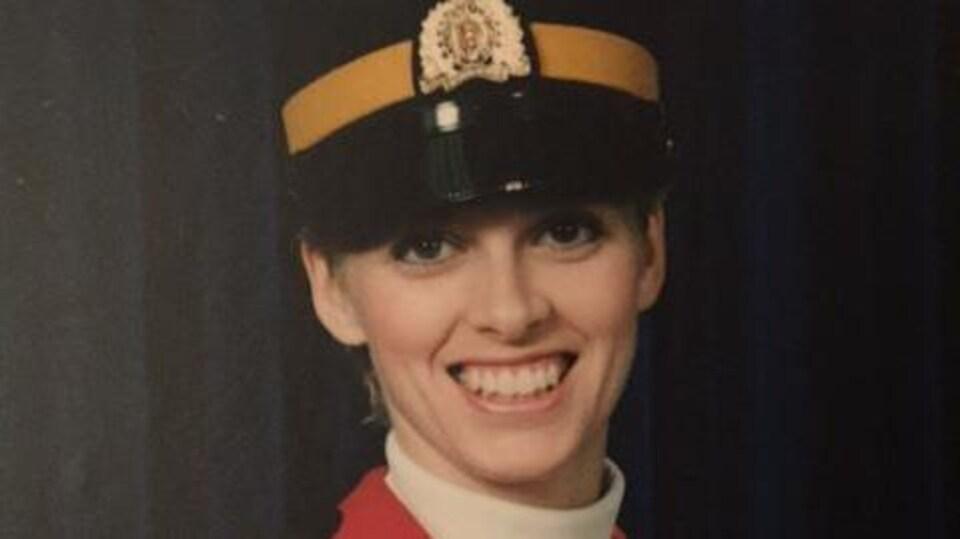 Sherry Benson-Podolchuck vêtue de son uniforme de la GRC.