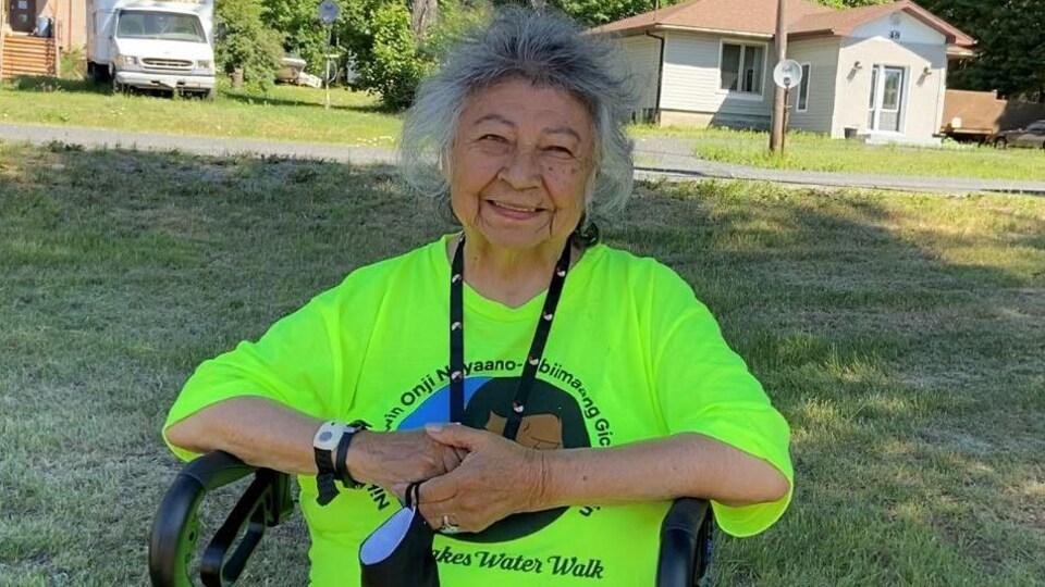 Shirley Williams porte un chandail avec une inscription anichinabée qui signifie la marche de l'eau du ruisseau Junction.