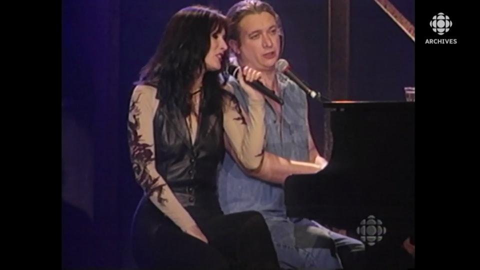 Nanette Workman et Dan Bigras qui chantent micros à la main.