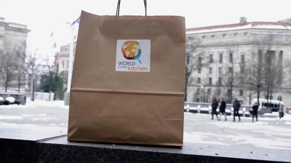 Un repas distribué aux fonctionnaires.