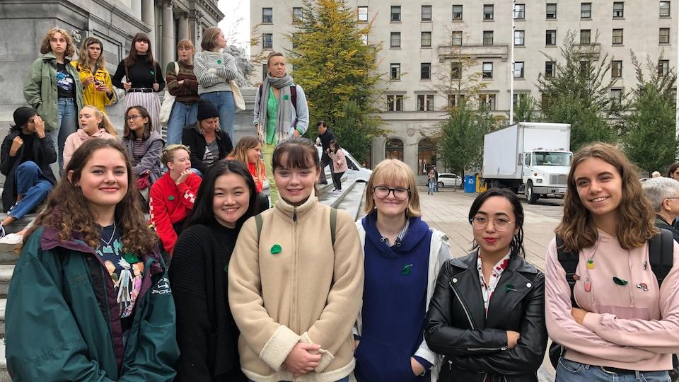 Cinq adolescentes posent devant la plaza nord du Musée des beaux-arts de Vancouver.