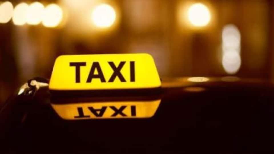 Enseigne illuminée d'un taxi de Fredericton.