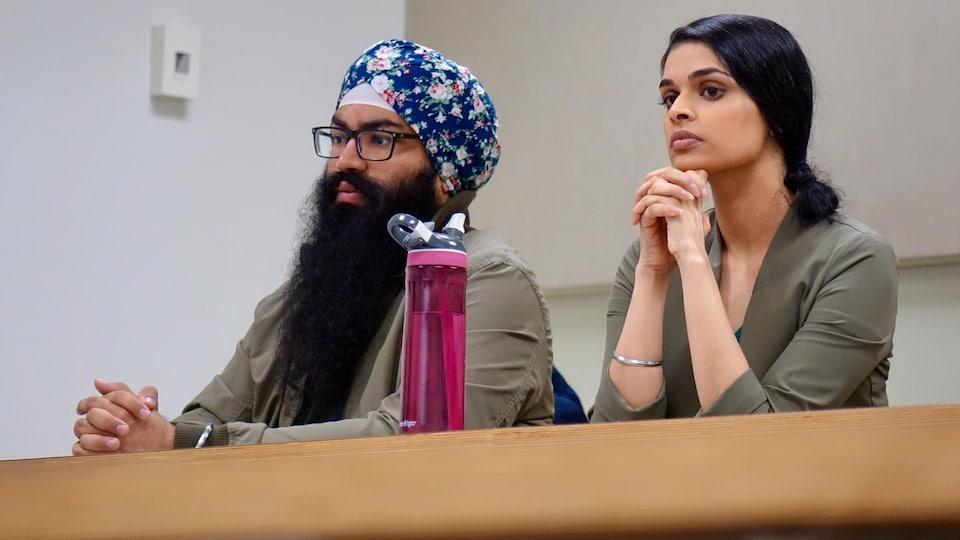 Khushwant Singh Hoonjan, à gauche, est assis à côté d'une femme dans une classe de l'Université de l'Alberta, à Edmonton.