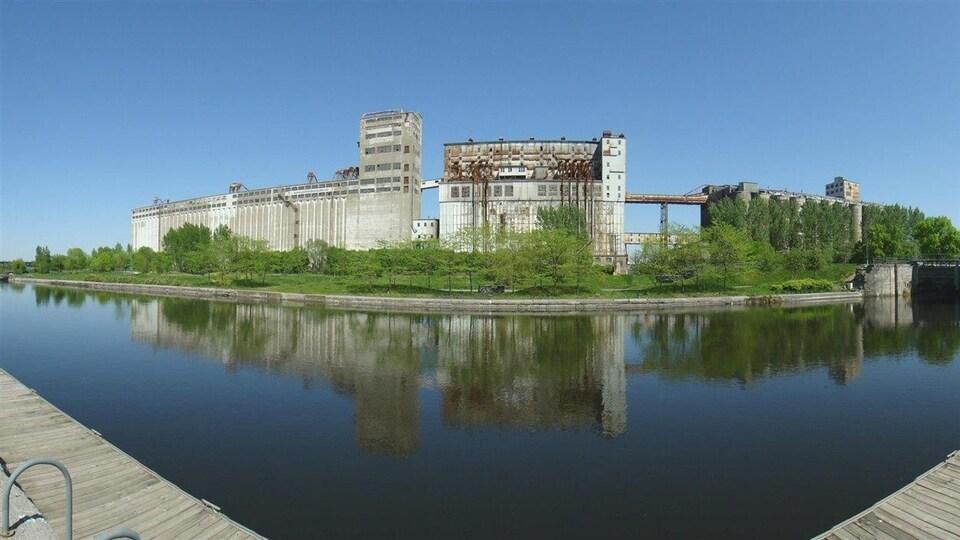 Vue du silo à grains numéro 5 et du Canal de Lachine au Vieux port de Montréal