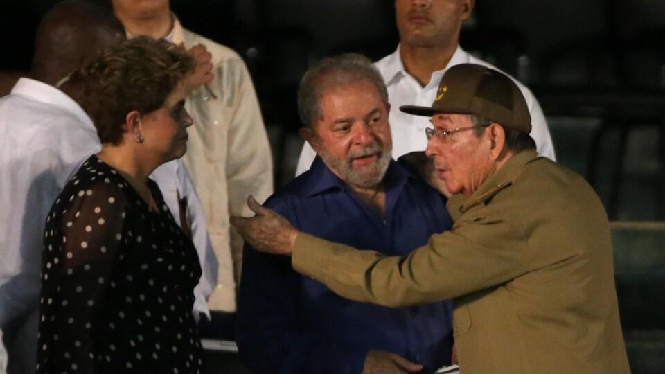 Deux anciens présidents du Brésil, Dilma Rousseff et Luiz Inacio Lula da Silva, en compagnie du chef d'État cubain, Raul Castro.