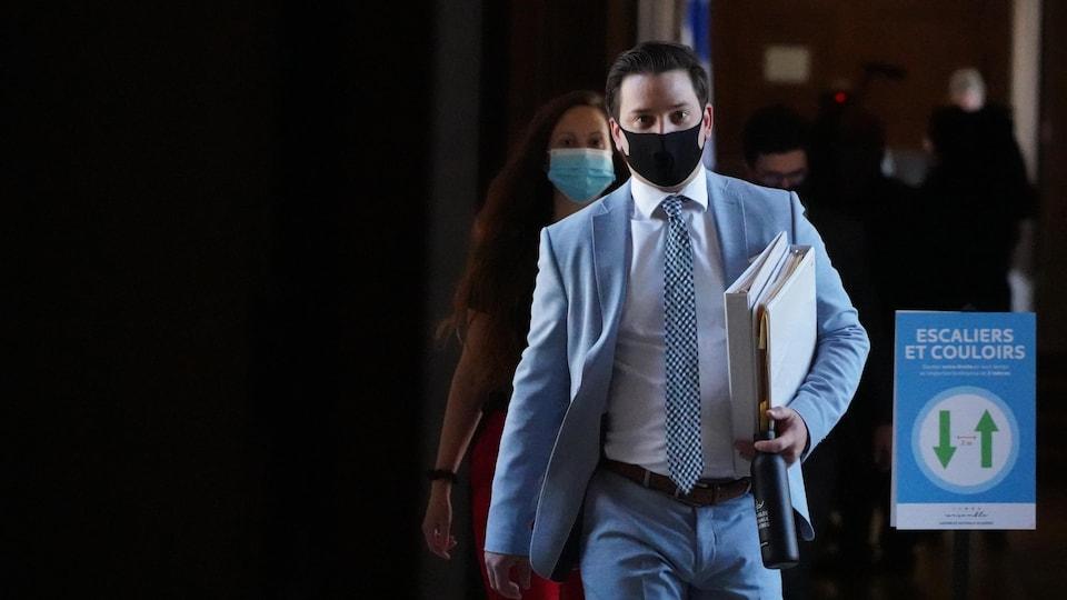 Le ministre Jolin-Barrette marche dans les corridors de l'Assemblée nationale en portant un masque.