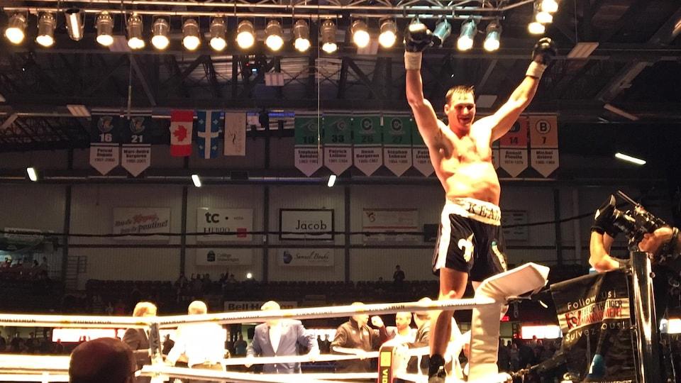 Simon Kean après sa victoire contre le boxeur américain Alexis Santos.