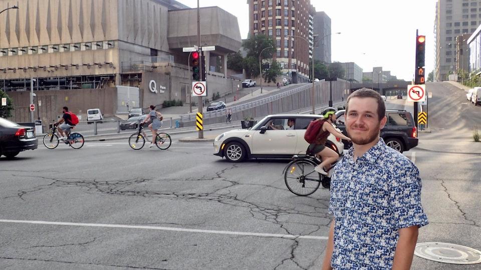 Simon Paquette, membre de l'Association pour la mobilité active de Ville-Marie pose devant l'intersection des rues Berri et Ontario