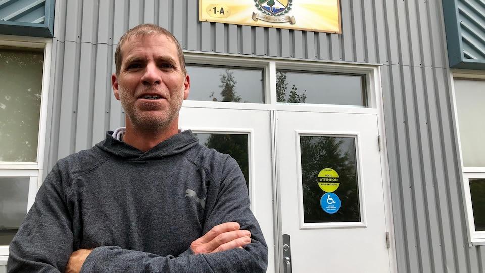 Le maire Simon Périard sourit à la caméra devant la salle municipale de Saint-Paul-de-la-Croix.