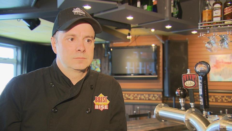 Simon Poirier debout dans son restaurant.