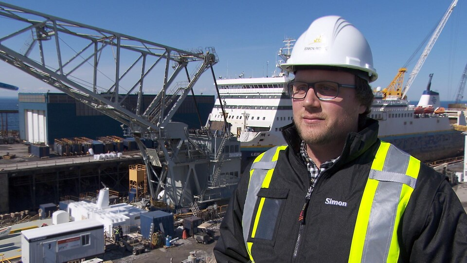 Simon Riopel devant le chantier maritime