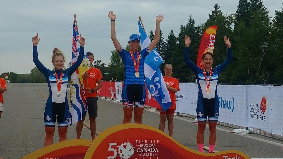 Simone Boilard, à gauche sur le podium lors des Jeux du Canada 2017 à Winnipeg