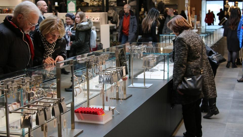 Comptoir de bijoux du magasin Simons aux Galeries de la Capitale.